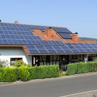 photovoltaik-anlage auf dem dach eines einfamilienhauses - foto: as solar gmbh